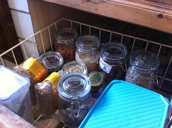 Ein Blick in den Vorratsschrank: Mandeln, Braunhirse, Datteln, Feigen, und anderes Getrocknetes