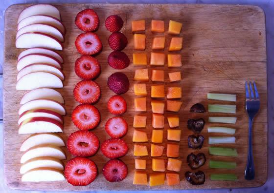 Aufgeräumt: Apfel, Erdbeeren, Papaya, Dattel, Sellerie