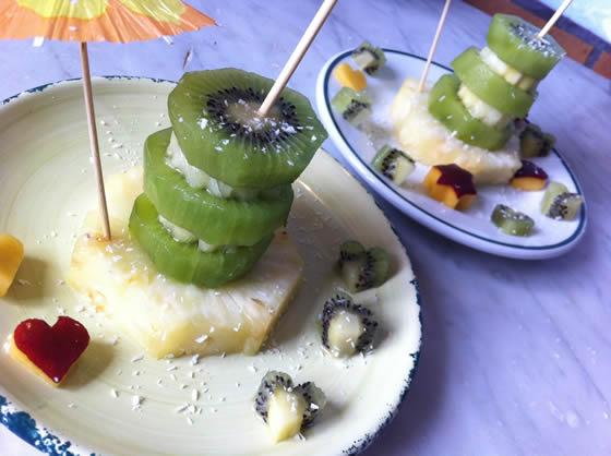 Geburtstagstorte aus Ananas, Kiwi und Nektarine