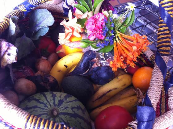 Zum Geburtstag: Wassermelone, Bananen, Gurken, Tomaten, Champignons, Grenadillen, Feigen, Erdbeeren und wunderschöne bunte Blumen!