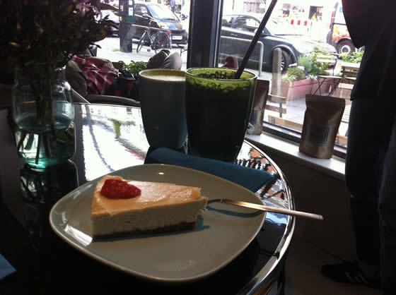 Rohkost-Torte und Grüner Smoothie aus dem Angebot des Gracias Madre Café
