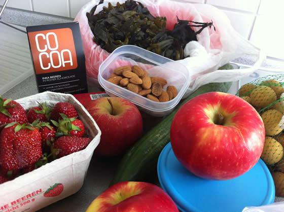Proviant bei der Ankunft in München: Äpfel, Erdbeeren, Nordsee-Algen, Mandeln, Rohkost-Schokolade, Longans und Gurke