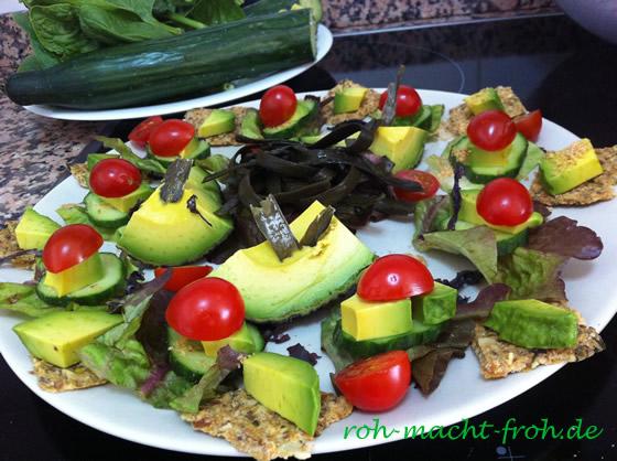 Salat-Gurken-Schnittchen mit Avocado, Tomate und Algen, dazu Rohkost-Sauerkrautcräcker