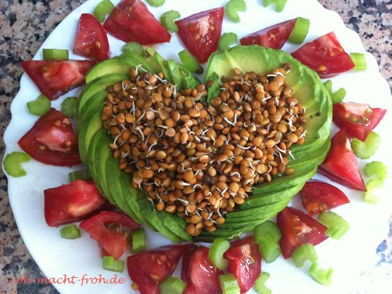 Linsensprossen mit Avocado, Stangensellerie und Tomate