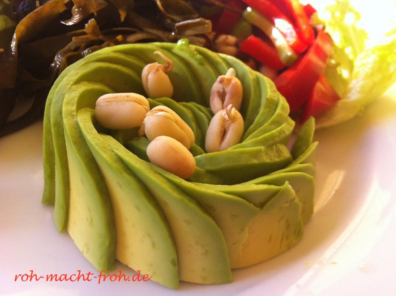 Avocado mit gekeimten Adzuki-Bohnen