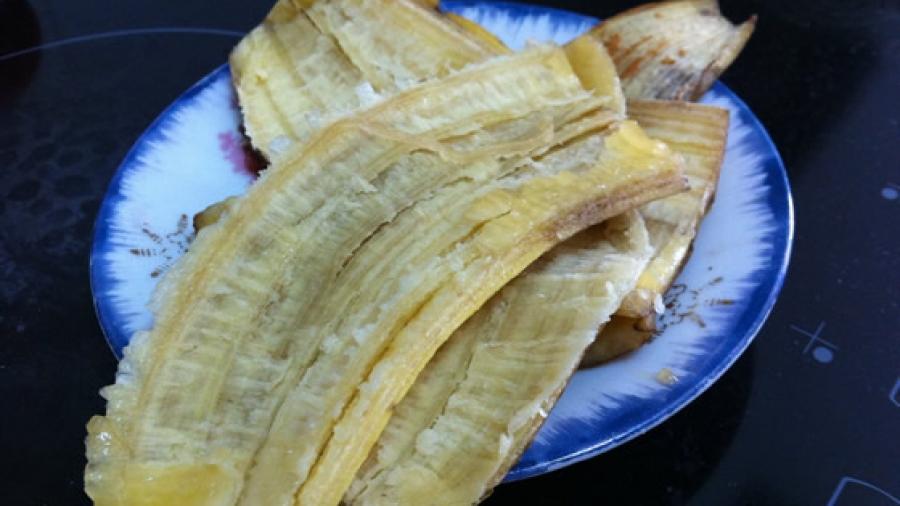 Tolle Gesichtspflege für zwischendurch: Bananenschale auf der Haut  reiben. Mit der Innenseite.