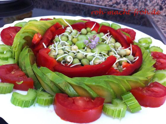 Avocado, gekeimte Erbsen, Paprika und Tomate