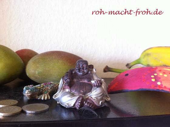 Dieser kleine Buddha bringt uns Glück & freut sich über die Früchte, mit denen er das Regal teilt