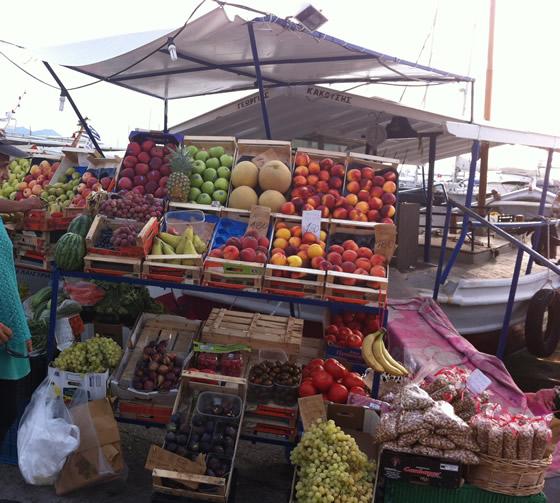 Früchte Boot - Mit Ausnahme der Bananen und Ananas stammt alles Angebotene von der Peloponnes, also aus Griechenland