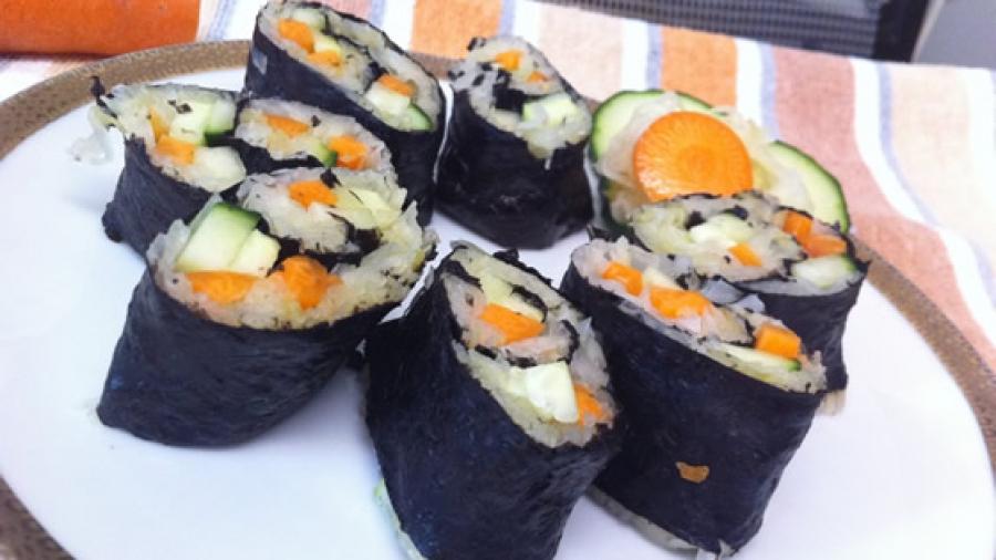 Roh, vegan, fettfrei: Sushi mit frischem Sauerkraut, Möhre und Gurke!
