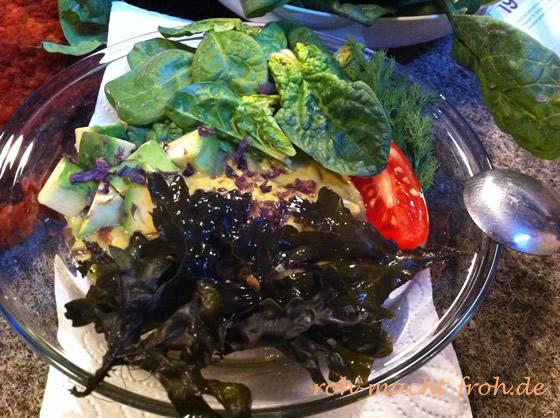 Abendessen: Tomaten-Avo-Kräuter-Creme mit Spinat und Algen