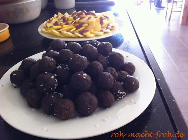Auf dem Büffet für die Gäste: süße Kugeln und Apfelschnitze mit Dattelmus