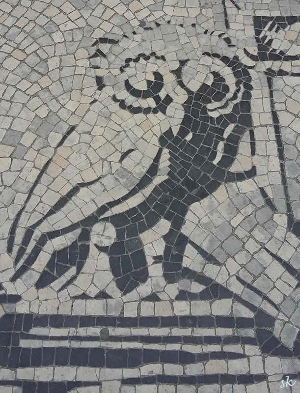 Eine Eule, Teil eines Bodenbildes vor dem Eingang zum ältesten Teils der Universität