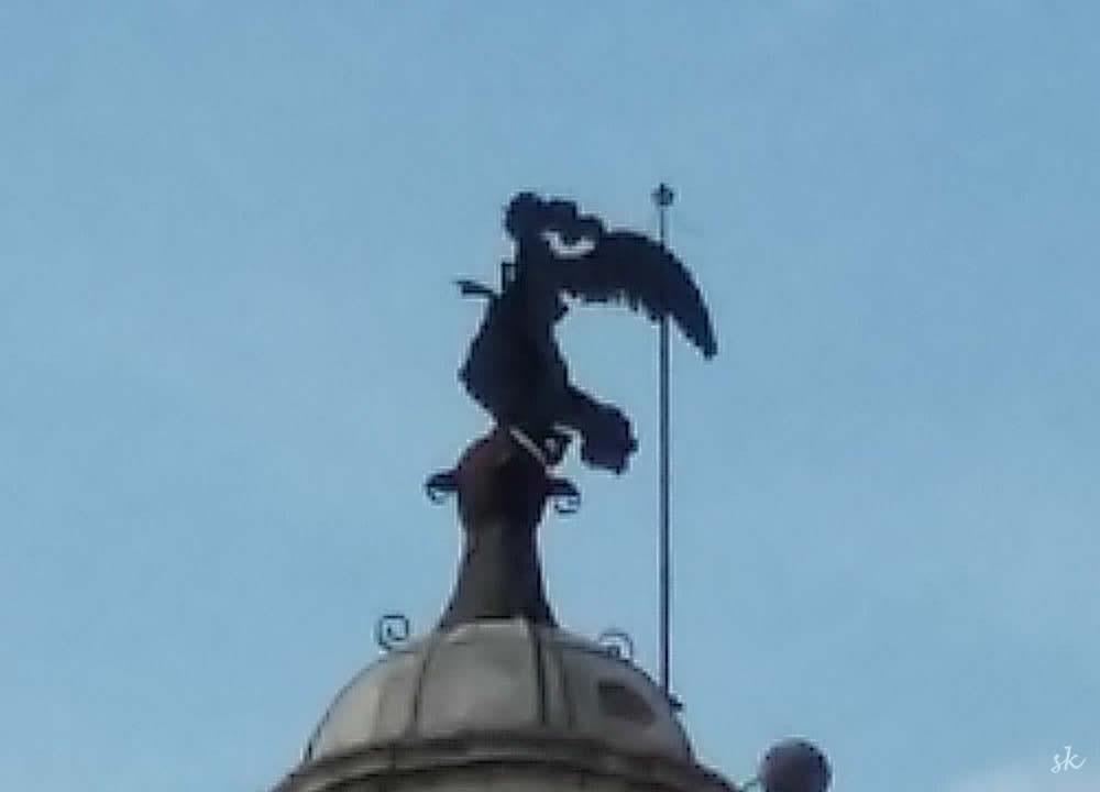 Auf dem Dach von - ich hab vergessen, von welcher Fakultät ;) - jedenfalls: ein Engel auf dem Besen, eine Hexe mit Flügeln ... ? :)